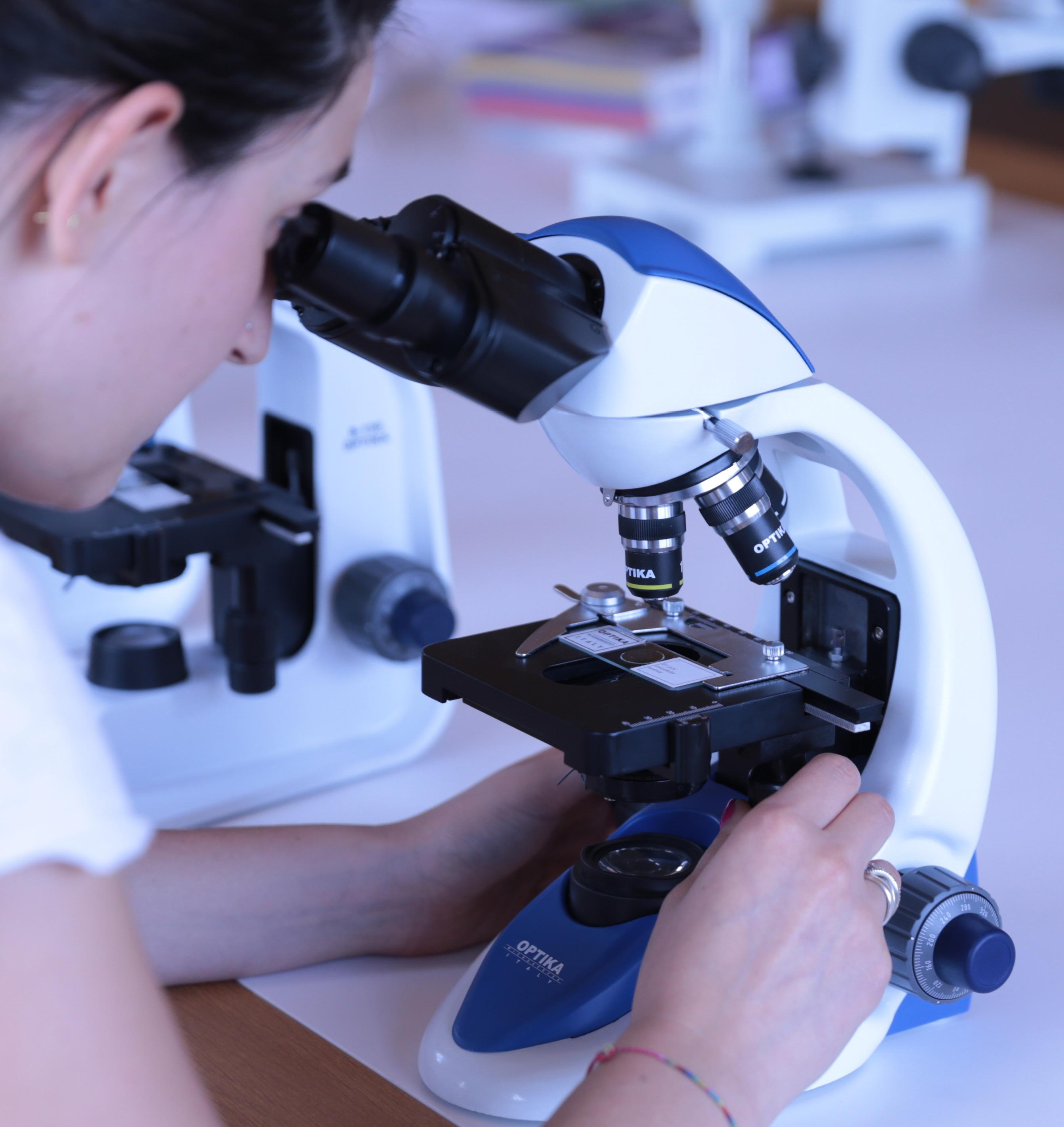 Praca przy mikroskopie Optika B-190